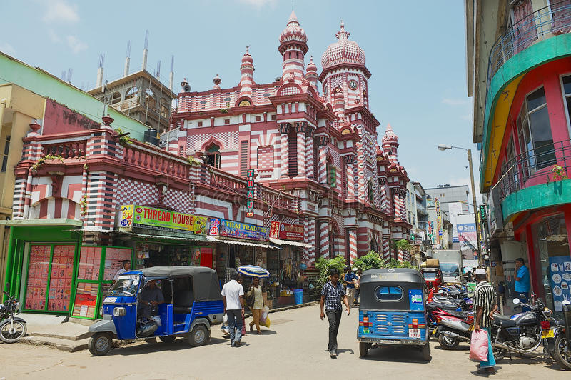 人们由有殖民地建筑学大厦的街道走在背景在街市科伦坡,斯里兰卡 库存图片