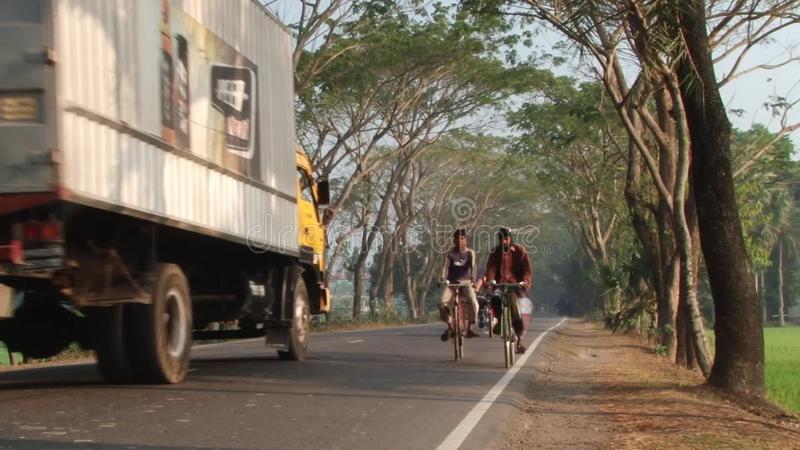 人们由路骑自行车在Jessore,孟加拉国 股票录像