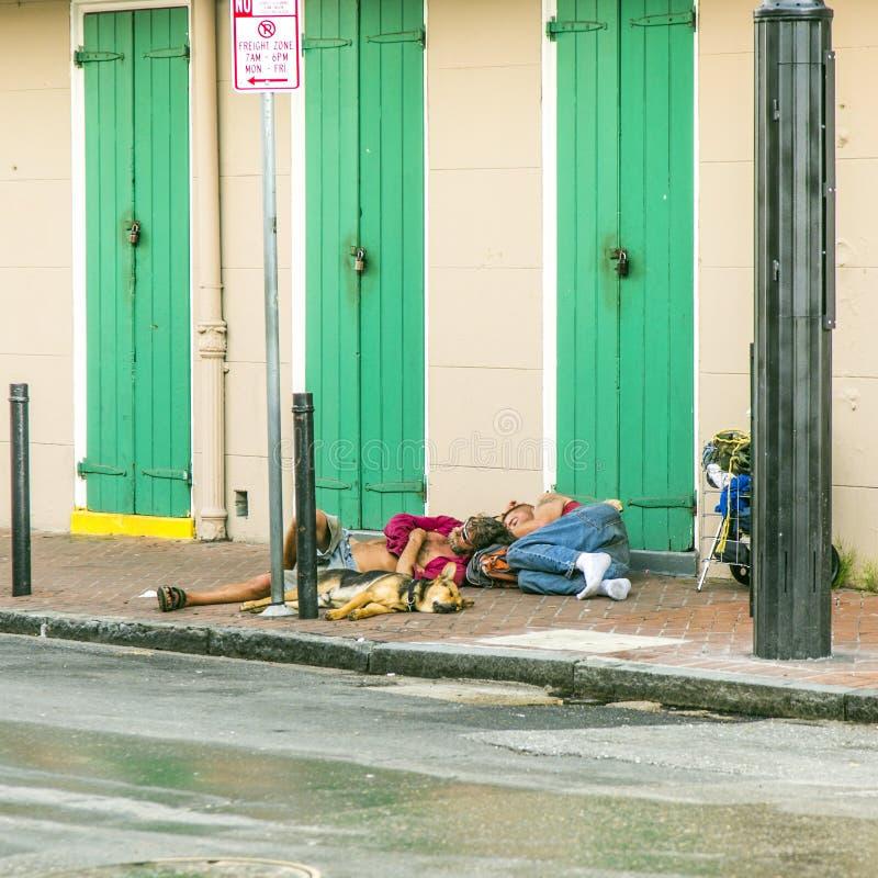 人们睡觉在法国街区的街道在新奥尔良 免版税库存照片
