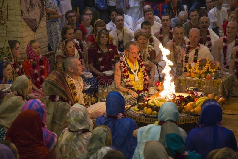 人们祈祷在野兔克里希纳寺庙的仪式 库存照片