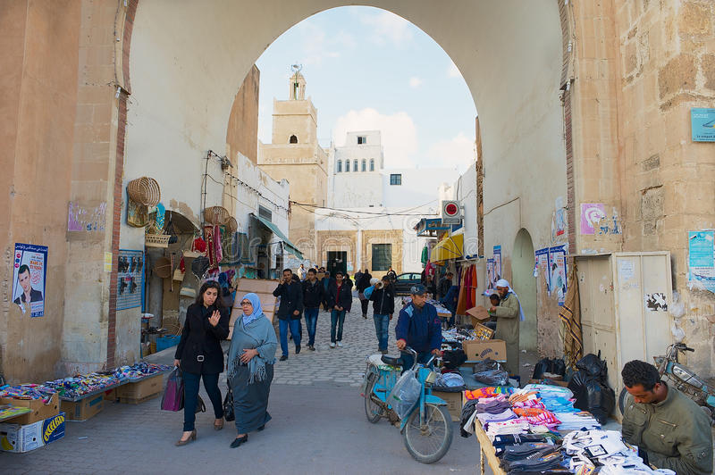 人们穿过麦地那在斯法克斯,突尼斯 库存照片