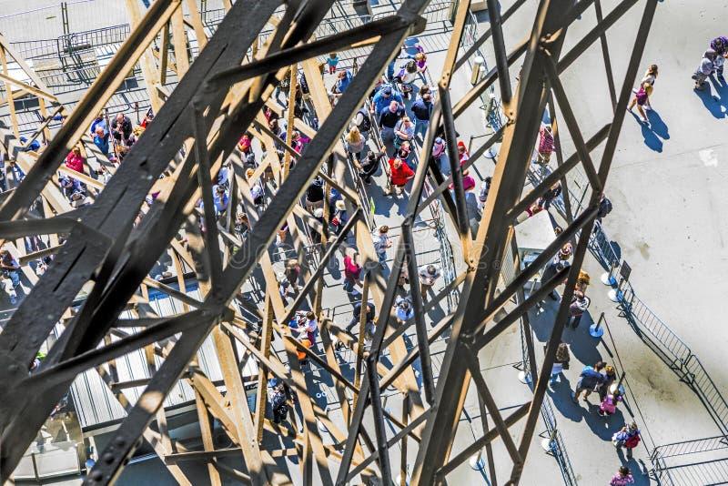 人们等待推力在埃菲尔拖曳的南部的塔 库存照片