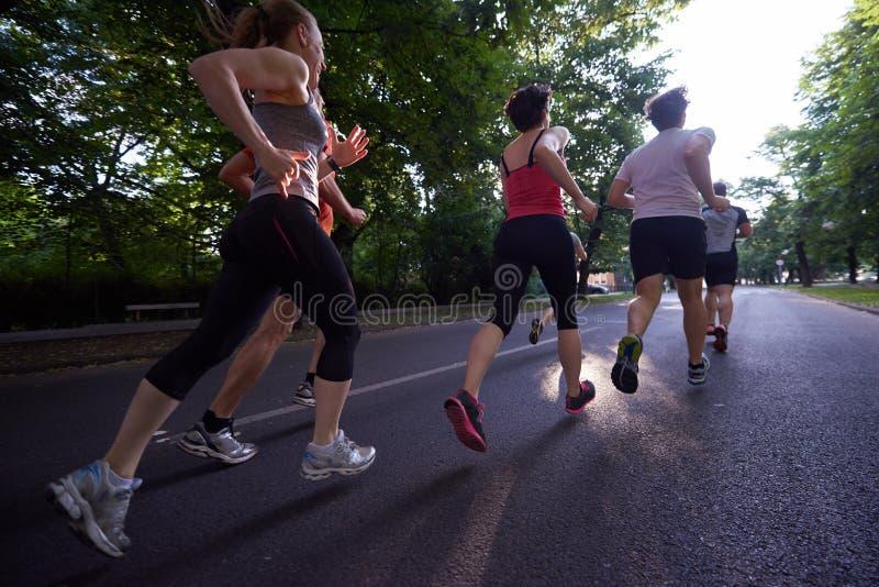 人们编组跑步 免版税库存图片