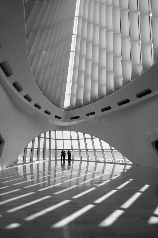 人们聚集在密尔沃基美术馆里面 免版税库存图片
