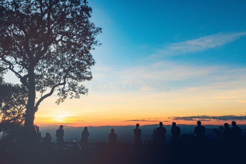 Download 人们获得乐趣在日落 库存图片. 图片 包括有 人员, 妇女, 言情, 愉快, 影子, 幸福, 剪影, 葡萄酒 - 62529979
