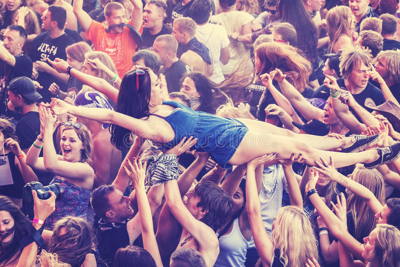 人们获得乐趣在音乐会期间 免版税库存图片