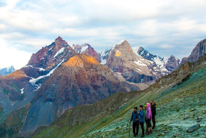 人们观察山风景 库存图片