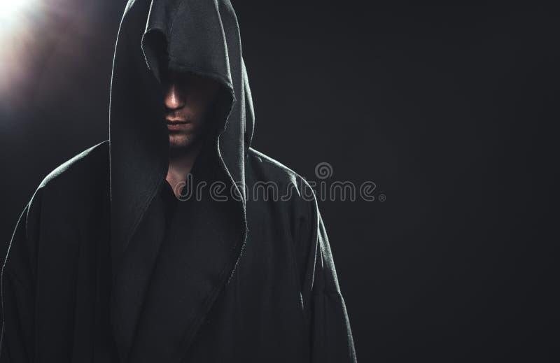 人画象一件黑长袍的 免版税库存图片