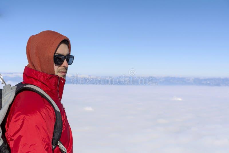 年轻人画象冬天山的在城市雾上 图库摄影