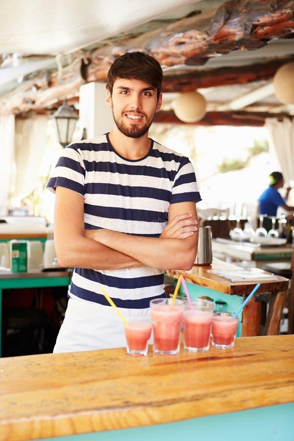 人画象在做果子圆滑的人的餐馆 免版税库存照片