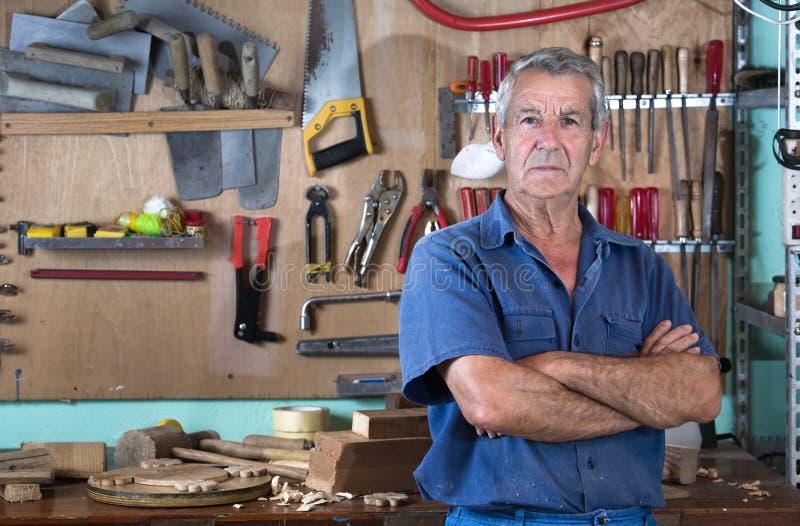 人画象在工作在车库的车间在家 库存照片