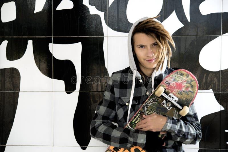 年轻人画象有冰鞋和rasta头发的 免版税图库摄影