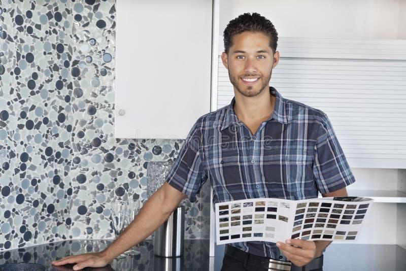 年轻人画象有颜色的在样房厨房里抽样身分 免版税库存照片