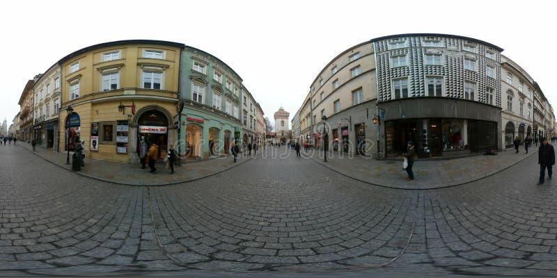 人们走在街道上的在老镇,参观的商店,买的纪念品 免版税库存照片