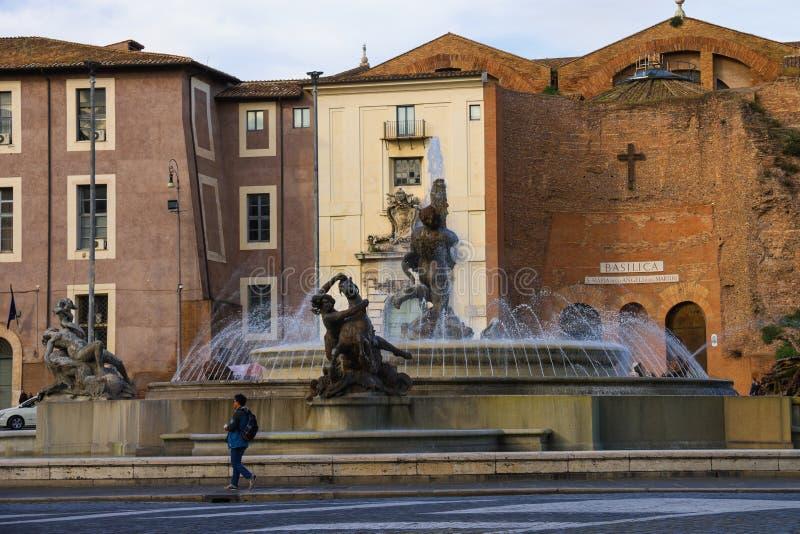 人们临近喷泉Nayads在共和国正方形在罗马 免版税图库摄影