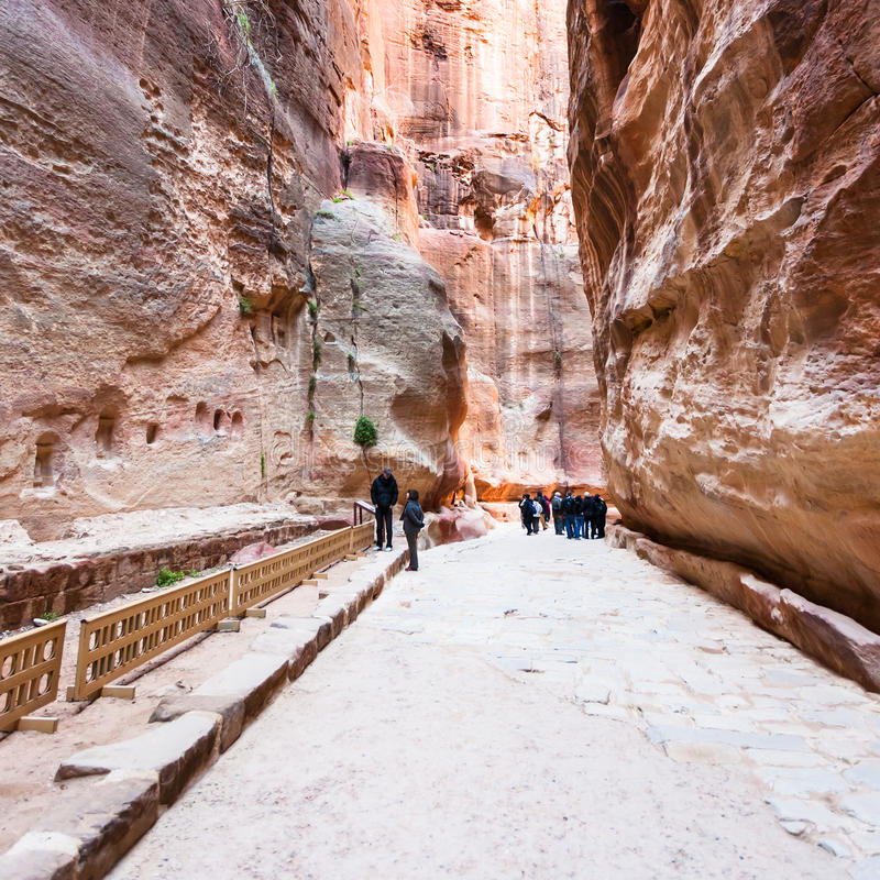 人们临近适当位置在Al Siq峡谷到Petra镇 库存图片