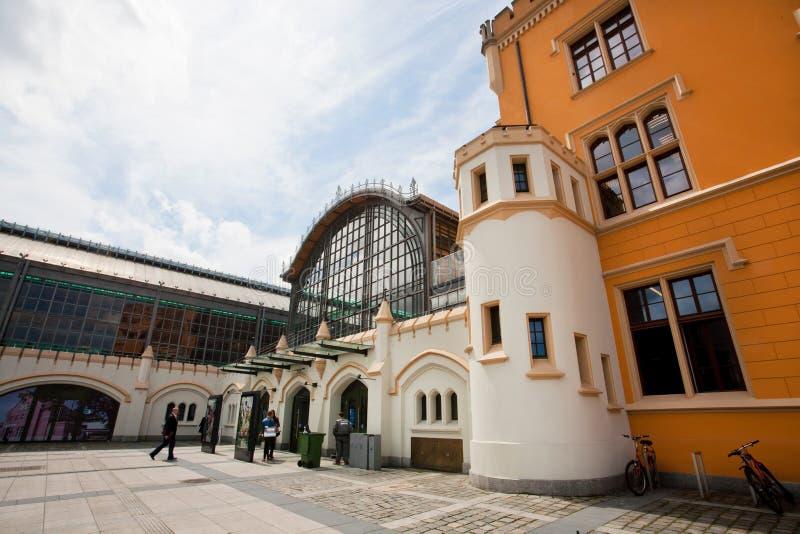 人们进入弗罗茨瓦夫主要火车站(Dworzec Glowny) 免版税库存照片