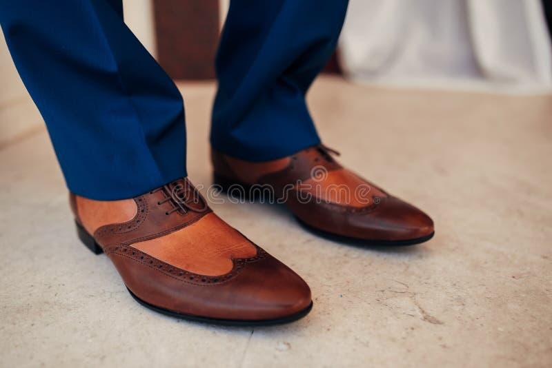 人` s在地板上的黑色鞋子 免版税库存照片