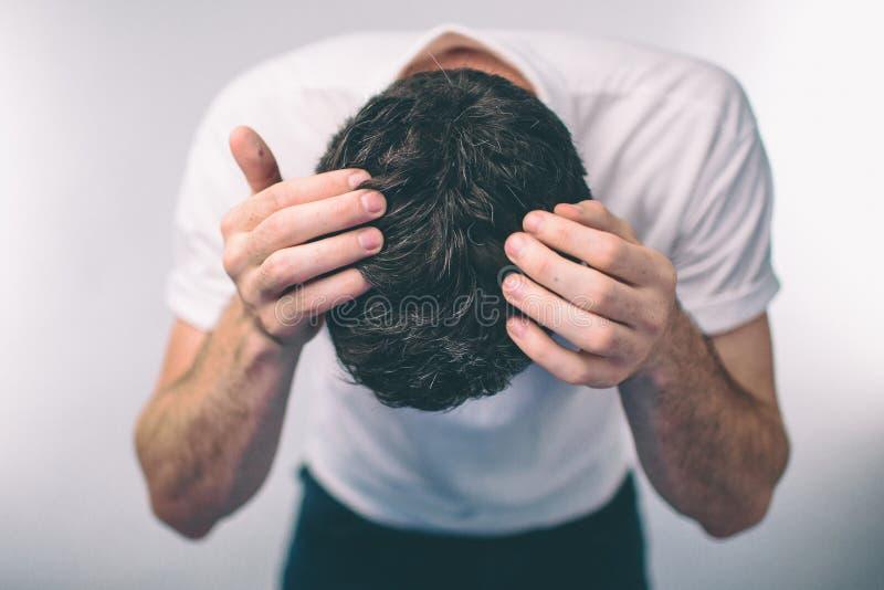 人` s头发是一个顶视图特写镜头 平底船头发的人灰色头发和头屑 库存图片