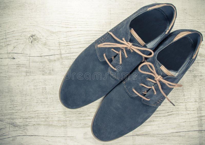 人` s时尚 一个对典雅的蓝色人` s鞋子 免版税库存图片