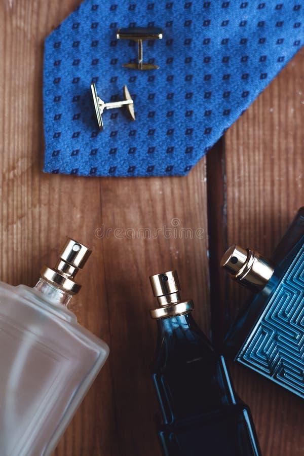 人` s时装配件 与袖口的香水 免版税库存图片