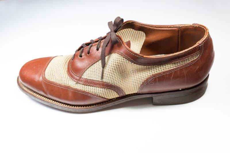 人` s葡萄酒翼梢样式鞋子的侧视图,隔绝在wh 免版税图库摄影