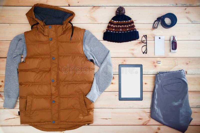 人` s衣裳和辅助部件在木背景 男性商店陈列室  免版税库存图片