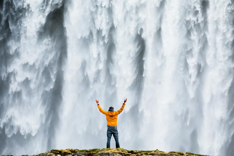 人admirnig偶象Skogafoss瀑布秀丽在冰岛 免版税库存照片
