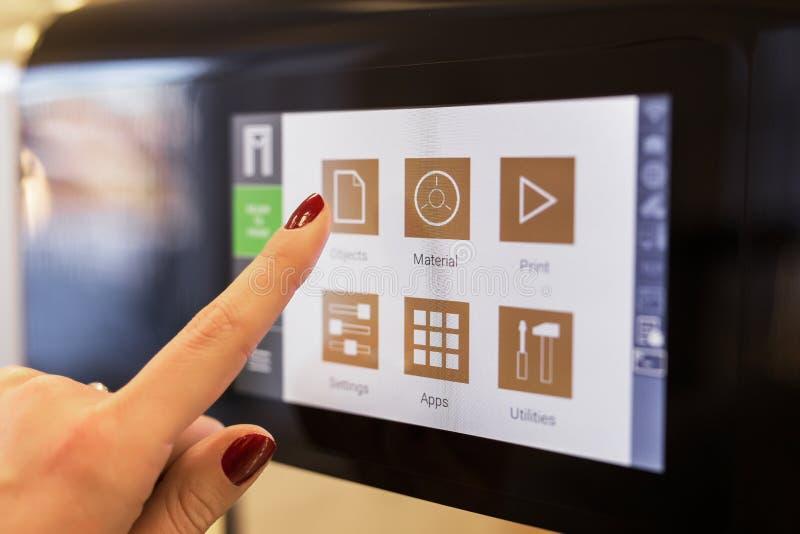 人usin 3 D打印机触摸屏幕 免版税库存图片