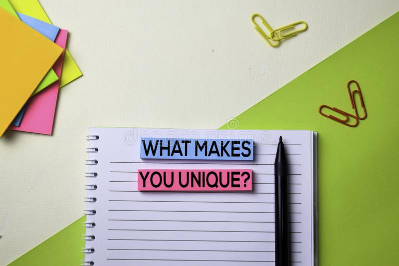 什么使您独特?在顶视图企业工作场所和企业对象办公桌桌上的文本  库存照片