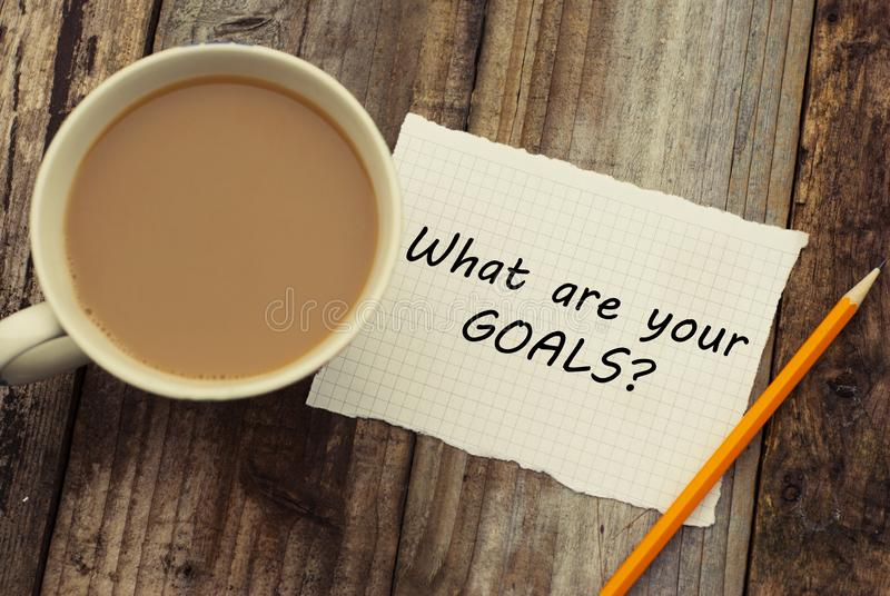 什么是您的目标问题作为在白色白纸的备忘录与咖啡 Rustci木背景 库存图片