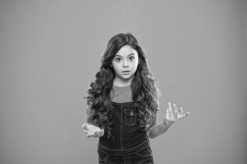 什么是您谈论 孩子使被迷惑的情感震惊不可能相信她的眼睛 女孩卷曲发型想知道 库存图片