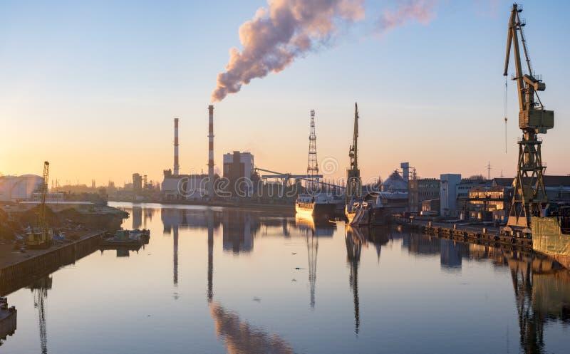 什切青,煤电植物波兰抽烟的烟囱  库存照片