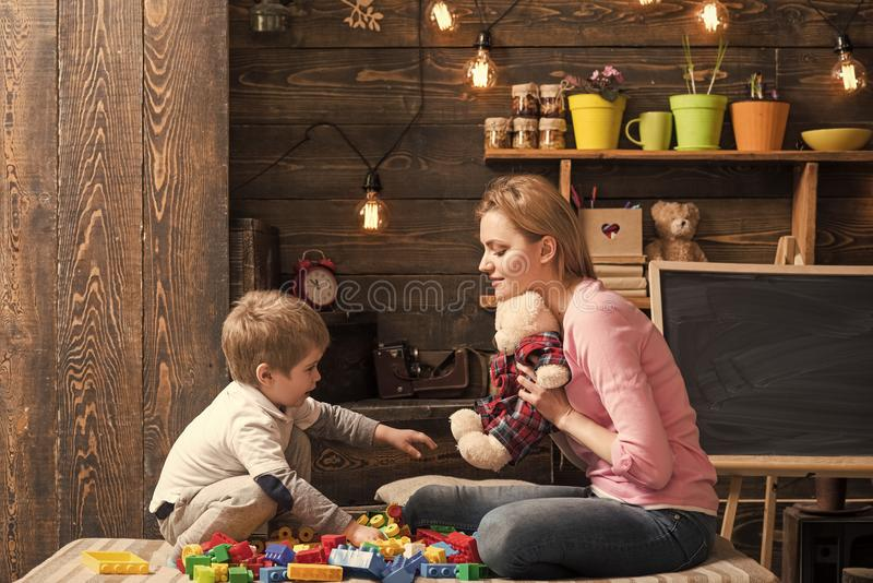 仁慈和教育概念 母亲教儿子是亲切和友好的 与玩具熊的家庭戏剧在家 妈妈和 库存图片