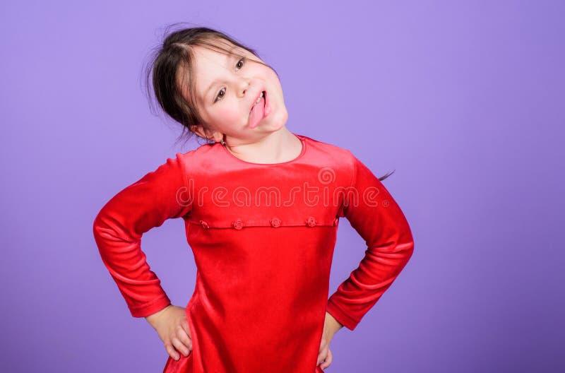 仅乐趣在我的头脑 女孩逗人喜爱的嬉戏的快乐的儿童滑稽的鬼脸面孔 E r 库存图片