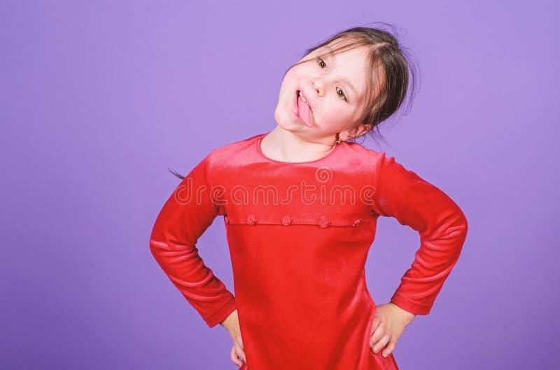 仅乐趣在我的头脑 女孩逗人喜爱的嬉戏的快乐的儿童滑稽的鬼脸面孔 E r 库存照片