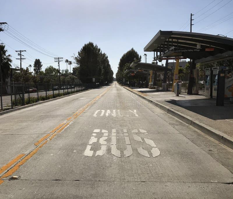 仅公共汽车车道在谷洛杉矶村庄邻里  库存照片