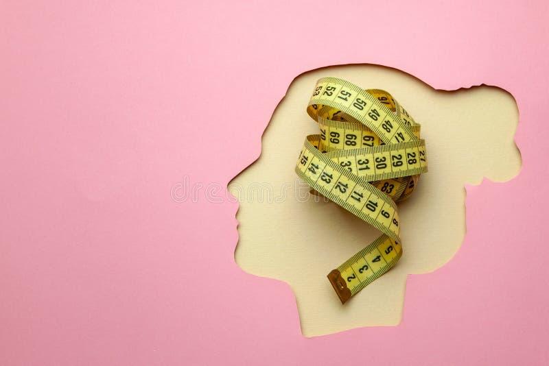 仅想法关于饮食 选择的什么饮食?妇女头和黄色测量的磁带 库存图片