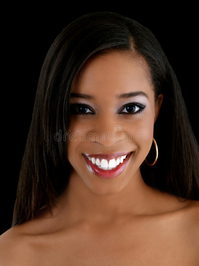 仅有的黑色纵向肩膀微笑妇女年轻人 免版税库存图片