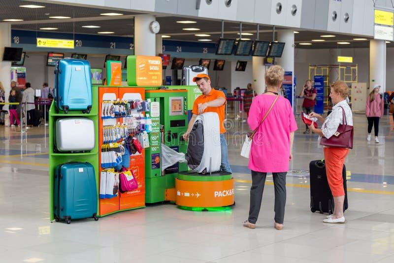 仆人在上飞机前包装行李乘客 符拉迪沃斯托克国际机场内部看法  库存图片