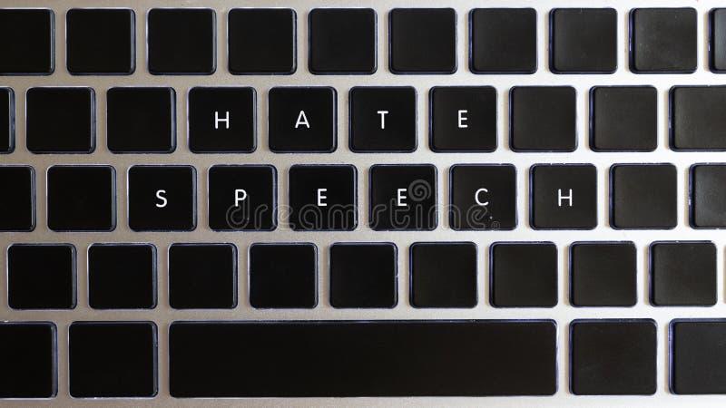 今天互联网的问题的概念 在有钥匙型片的笔记本键盘隔绝的仇恨言论说明 免版税库存照片
