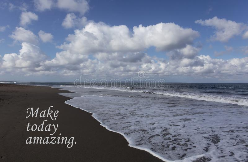 今天激动人心的行情做今天惊奇 美丽的天空蔚蓝、白色云彩、软的冲的波浪和黑沙滩 库存照片