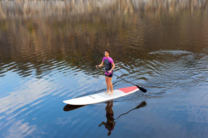 介入水上运动年轻运动女孩 免版税库存图片