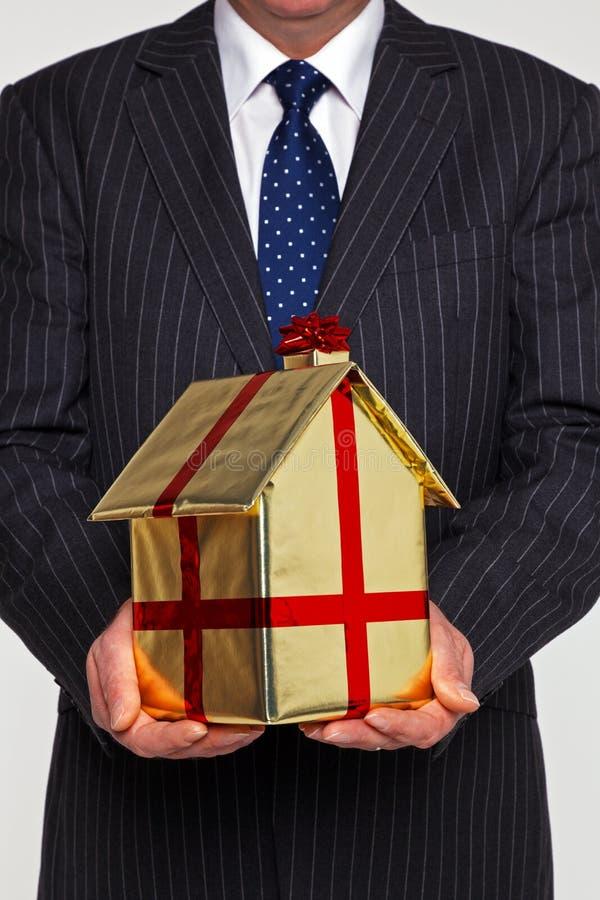 介绍一个新的家的生意人 免版税库存照片