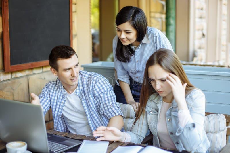 介绍新的企业项目的概念 小组年轻工友谈论想法互相 免版税库存图片