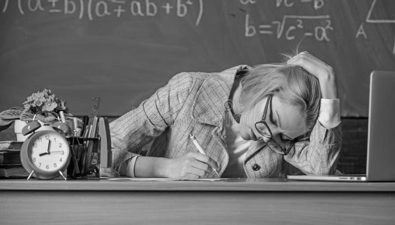 仍然工作 工作在实际教学日之外 老师疲倦的面孔继续运作在类以后 老师繁忙与 库存图片