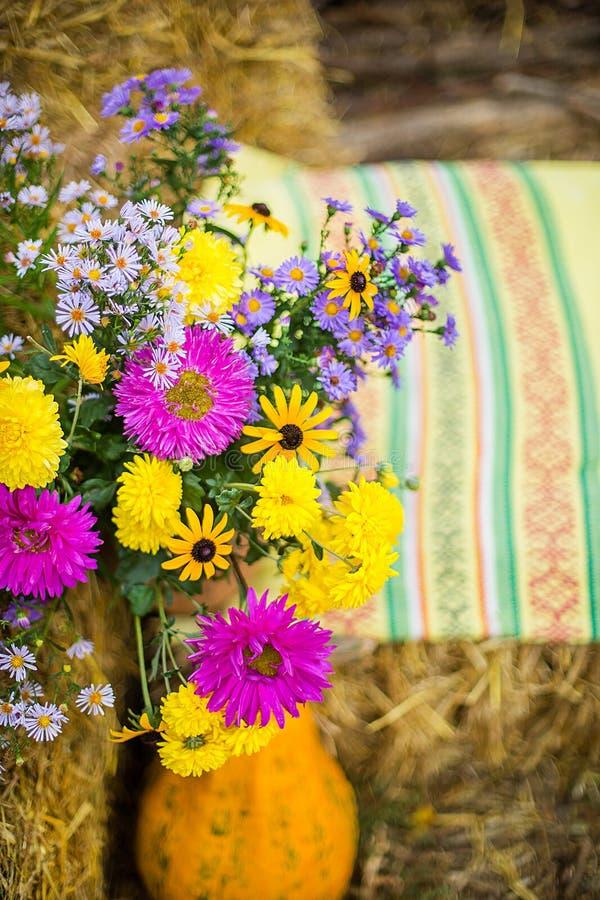 仍然秋天生活 花明亮的秋天花束在水罐的 免版税库存照片