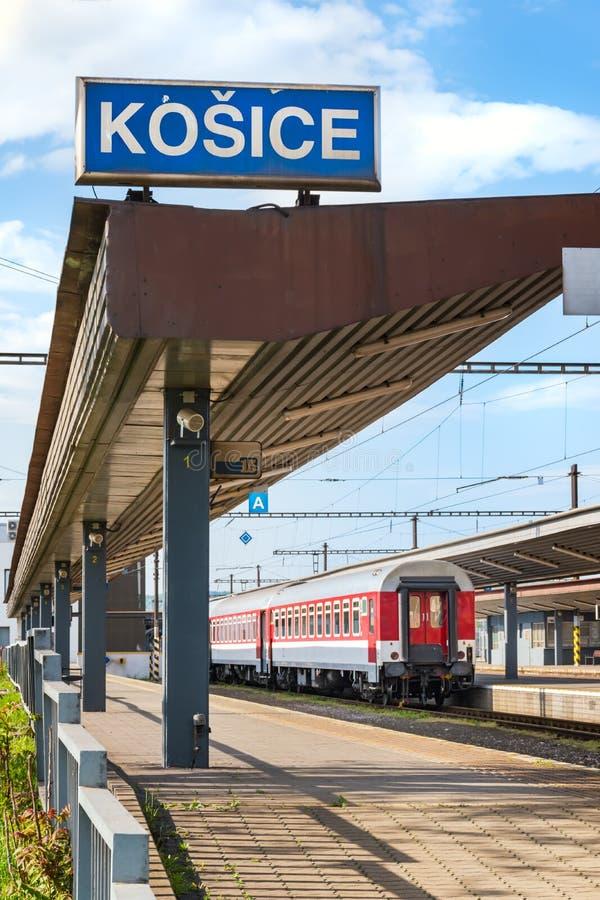 仍然第二个类教练由在主要火车站的平台在科希策斯洛伐克 库存照片