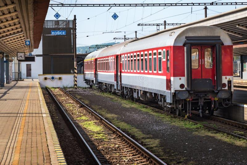 仍然第二个类教练由在主要火车站的平台在科希策斯洛伐克 免版税图库摄影