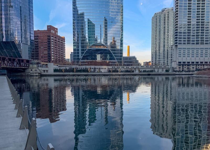 仍然芝加哥河水反射摩天大楼 免版税库存照片